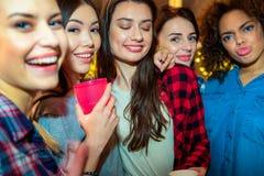 Jeunes femmes heureuses attaquant dans la chambre Photos stock