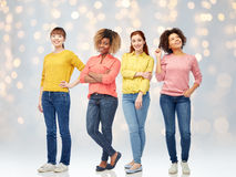 Jeunes femmes heureuses au-dessus de fond de lumières Photos libres de droits