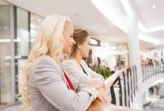 Jeunes femmes heureuses au mail ou au centre d'affaires Photographie stock libre de droits