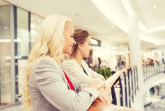 Jeunes femmes heureuses au mail ou au centre d'affaires Photo libre de droits