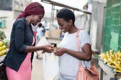 Jeunes femmes heureuses au marché photos stock