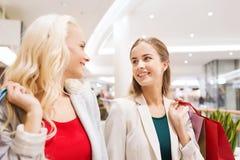 Jeunes femmes heureuses avec des paniers dans le mail Photo libre de droits