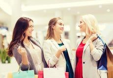 Jeunes femmes heureuses avec des paniers dans le mail Photos libres de droits