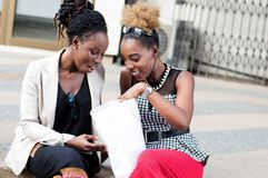 Jeunes femmes heureuses avec leur achat avant eux Photo stock