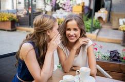 Jeunes femmes heureuses buvant du café au café extérieur Photos libres de droits