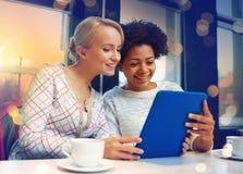 Jeunes femmes heureuses buvant du thé ou du café au café Photos stock