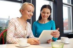 Jeunes femmes heureuses buvant du thé ou du café au café Photos libres de droits