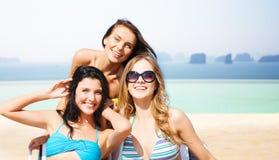Jeunes femmes heureuses dans des bikinis sur la plage d'été Image libre de droits