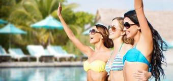 Jeunes femmes heureuses dans des bikinis sur la plage d'été Photos libres de droits
