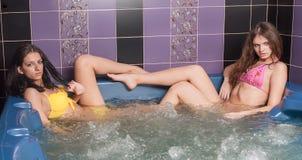 Jeunes femmes heureuses dans le jacuzzi ayant le bon temps Photo libre de droits