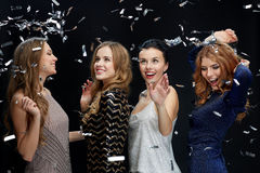 Jeunes femmes heureuses dansant à la disco de boîte de nuit Image libre de droits