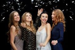 Jeunes femmes heureuses dansant à la disco de boîte de nuit Images libres de droits