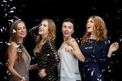 Jeunes femmes heureuses dansant à la disco de boîte de nuit Photo stock