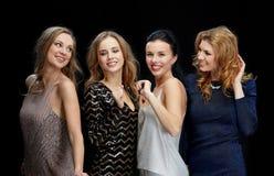 Jeunes femmes heureuses dansant à la disco de boîte de nuit Photos libres de droits