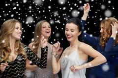 Jeunes femmes heureuses dansant à la disco de boîte de nuit Images stock