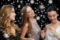 Jeunes femmes heureuses dansant à la disco de boîte de nuit Photographie stock