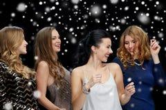 Jeunes femmes heureuses dansant à la disco de boîte de nuit Photographie stock libre de droits