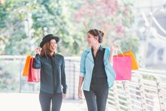 jeunes femmes heureuses examinant des achats Photos libres de droits