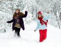 Jeunes femmes heureuses extérieures en hiver images libres de droits