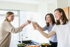 Jeunes femmes heureuses grillant avec le champagne Images stock