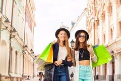 Jeunes femmes heureuses marchant avec des paniers Photo stock