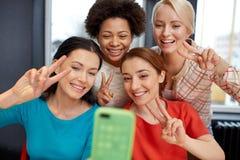 Jeunes femmes heureuses prenant le selfie avec le smartphone Image stock