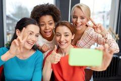 Jeunes femmes heureuses prenant le selfie avec le smartphone Photographie stock libre de droits