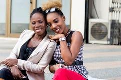 Jeunes femmes heureuses reposant et regardant l'appareil-photo Images libres de droits