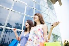 Jeunes femmes heureux avec des sacs à provisions Image stock
