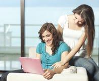 Jeunes femmes heureux avec le netbook Image libre de droits