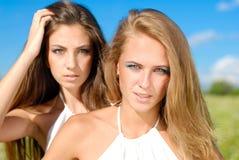 Jeunes femmes heureux avec le renivellement lumineux Image stock