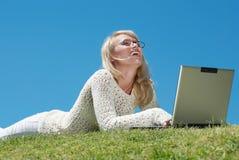 Jeunes femmes heureux souriant et travaillant sur un ordinateur portatif Image libre de droits