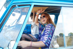 Jeunes femmes hippies de sourire conduisant la voiture de monospace Photo stock