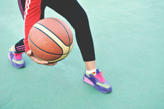 Jeunes femmes jouant l'exercice de basket-ball Photos stock
