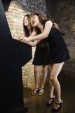 Jeunes femmes jouant le jeu Photographie stock