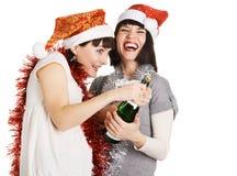 Jeunes femmes joyeux avec une bouteille de champagne Photographie stock libre de droits
