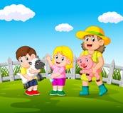 Jeunes femmes jugeant le porc et les enfants heureux tenant des moutons illustration stock