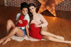 Jeunes femmes magnifiques avec les cheveux foncés dans des vêtements à la maison élégants Photos libres de droits