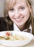 Jeunes femmes mangeant du potage Image stock