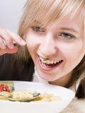 Jeunes femmes mangeant du potage Photos libres de droits