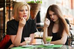 Jeunes femmes mangeant une crême glacée Photo libre de droits