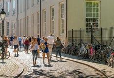 Jeunes femmes marchant dans la rue avec un verre de bière Image stock
