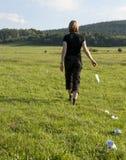 Jeunes femmes marchant et projetant des déchets Image stock