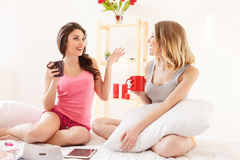 Jeunes femmes mignonnes faisant la partie de pyjamas Photographie stock