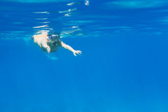 Jeunes femmes à naviguer au schnorchel en mer d'Andaman Images stock