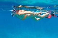 Jeunes femmes à naviguer au schnorchel en mer d'Andaman Image stock