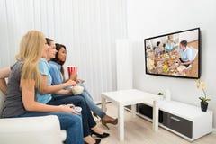 Jeunes femmes observant le film Photo stock