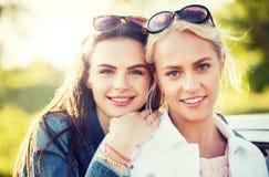 Jeunes femmes ou adolescentes heureuses dehors photo libre de droits