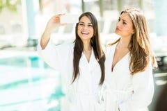 Jeunes femmes par la piscine Images libres de droits