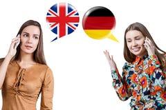 Jeunes femmes parlant du téléphone Image stock